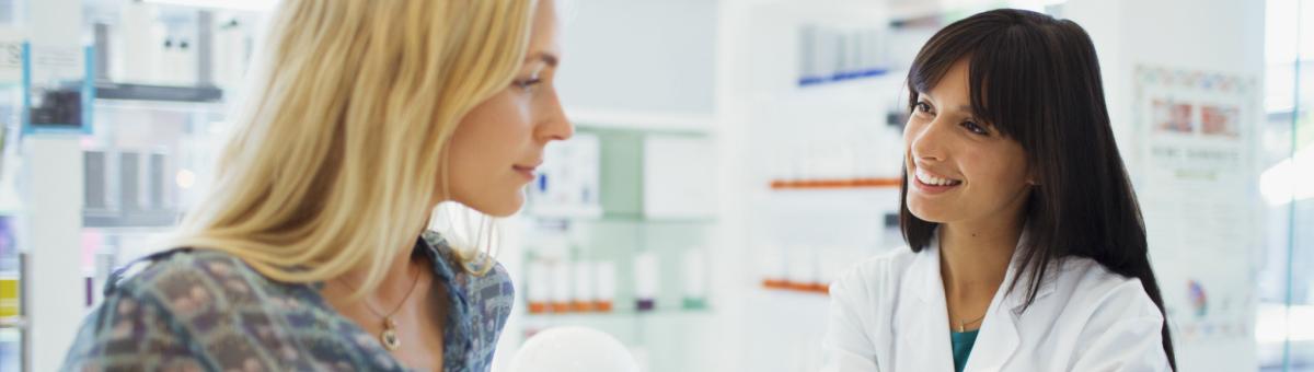 En kunde og en apotekmedarbeider i et apotek