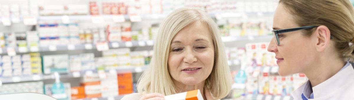 Kunde og apotekmedarbeider diskuterer et produkt
