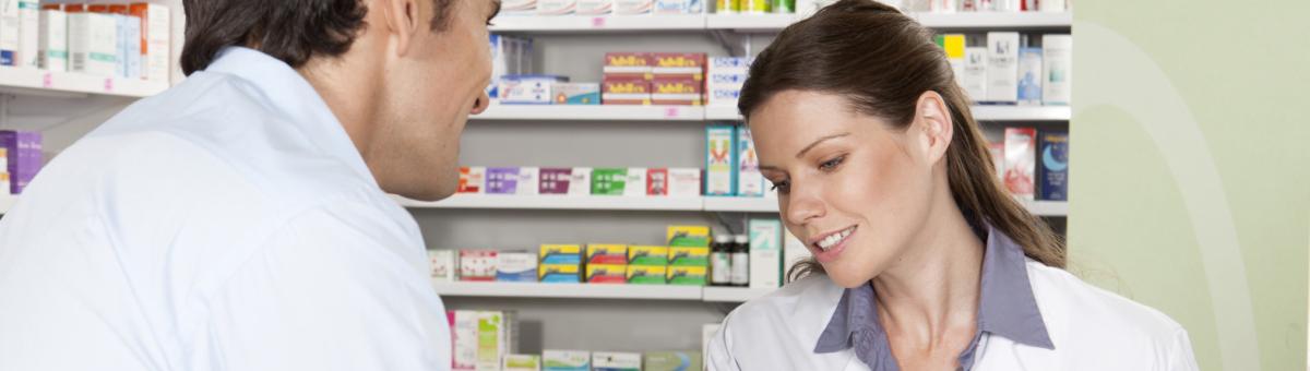 Snakk over disken på et apotek mellom to mennesker