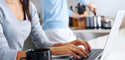nærbilde av en dame som taster på et tastatur