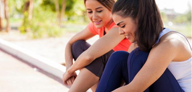 To damer gjør seg klar til trening